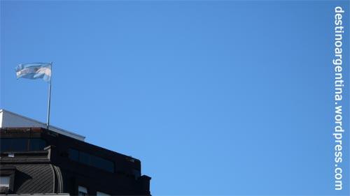 """Die argentinische Flagge auf dem Dach des Gebäudes """"Ferroc Arriles Argentinos"""" in Buenos Aires"""
