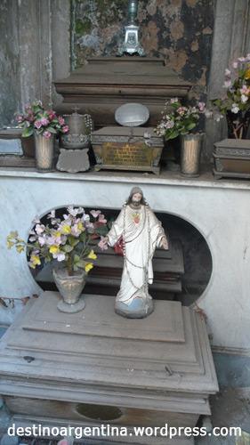 Das Innere eines Mausoleums auf dem Friedhof in Recoleta