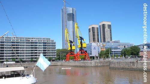 DDR Kräne an einem Hafenbecken in Puerto Madero (Buenos Aires)