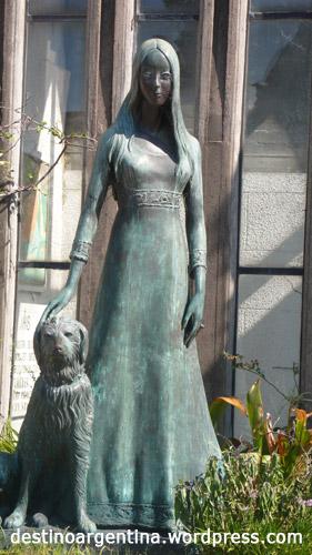 Frau mit Hund Mausoleum auf dem Friedhof in Recoleta Buenos Aires