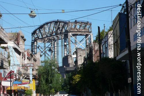 """Straßenschlucht und Brücke im Viertel """"La Boca"""" in Buenos Aires"""