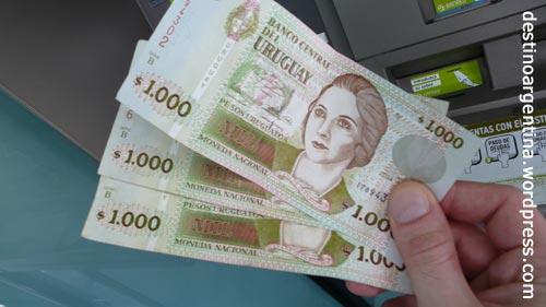 3000 Uruguanische Pesos aus einem Automaten in Colonia del Sacramento, Uruguay