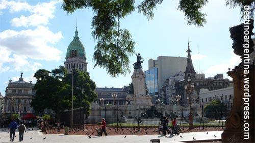 Die Plaza Congreso in Buenos Aires mit vielen Tauben