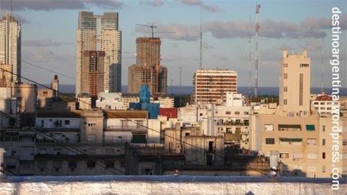 Buenos Aires von oben mit Fernblick auf den Rio de la Plata