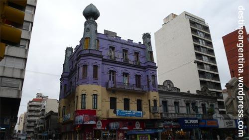 Buntes Gebäude in der Avenida 18 de Julio in Montevideo Uruguay
