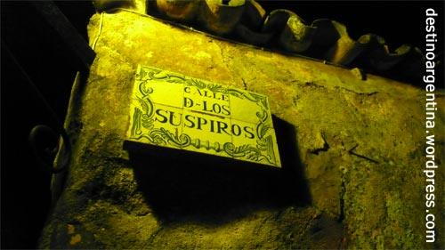 """Die """"Calle de los Suspiros"""" in Colonia del Sacramento in Uruguay bei Nacht"""
