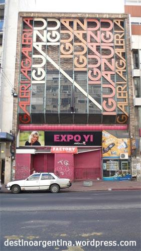 Coole Typo an einem Gebäude im Zentrum von Montevideo