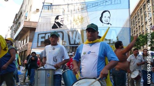 Demonstration zieht lautstark in Richtung Plaza de Mayo in Buenos Aires
