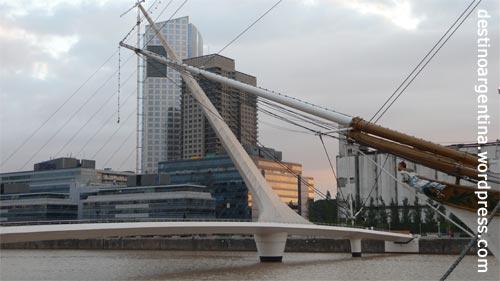 """Die """"Puente de la Mujer"""" in Puerto Madero in Buenos Aires"""