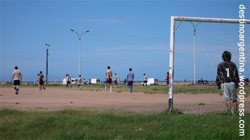 Fussball an einem Sonntag in der Altstadt von Montevideo nahe des Hafen