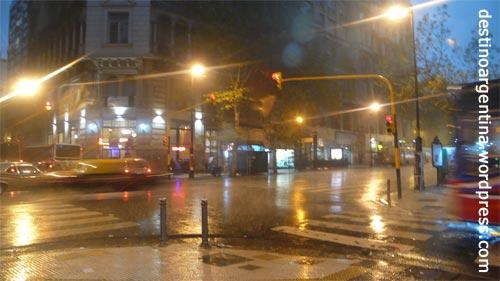 Heftiger Regen an einer Kreuzung in Buenos Aires