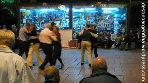 Menschen tanzen Tango auf der Plaza Fabini in Montevideo