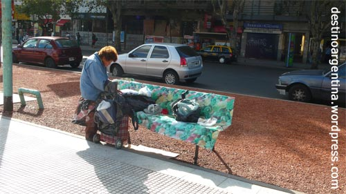 Obdachlose Frau auf der Plaza Congreso in Buenos Aires