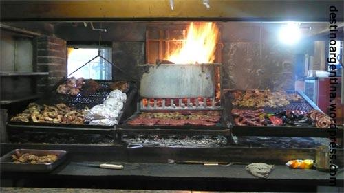 Offener Grill im Mercado del Puerto in Montevideos Altstadt