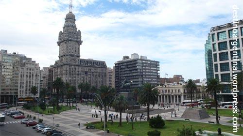 Plaza Independencia mit Blick auf Palicio Salvo in Montevideo Uruguay