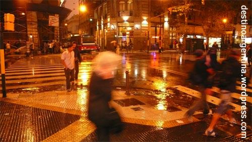 Regenschauerszene an einer Kreuzung in Buenos Aires