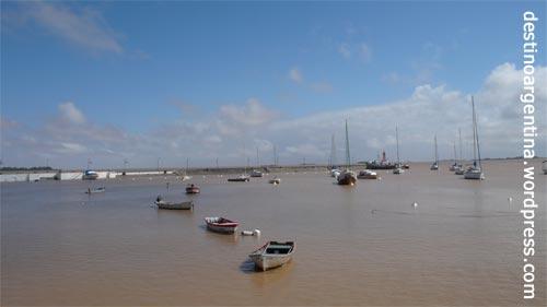 Schiffe im Hafen von Colonia del Sacramento in Uruguay