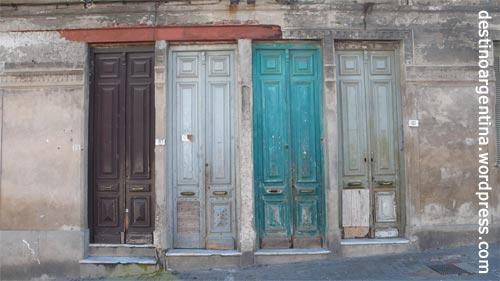 Vier Türen mit Charakter in der Altstadt von Montevideo