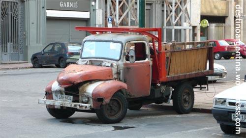 Uralt Autos auf den Strassen von Montevideo Uruguay