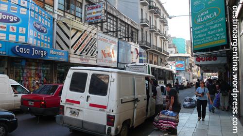 Geschäftige Larrea Straße im Stadtteil Once von Buenos Aires