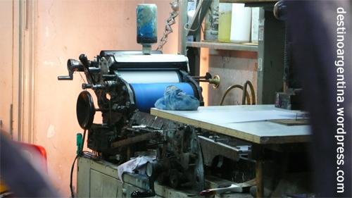 Uralte Druckmaschine druckt Visitenkarten in Buenos Aires