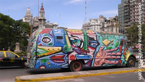 Van mit Graffiti auf der Plaza de los Dos Congresos Buenos Aires