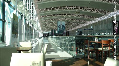 Das Innere des Flughafens Ministrini Pestrano Ezeiza in Buenos Aires