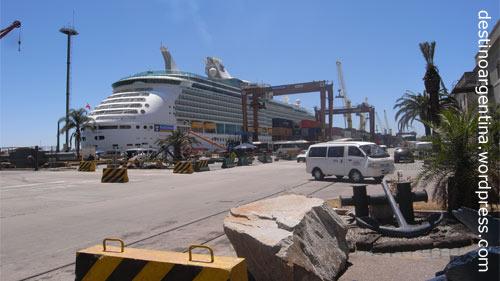 Kreuzfahrtschiff im Hafen von Montevideo, Uruguay