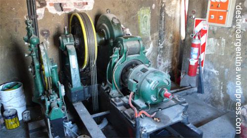 Der Motor des Aufzugs in Billies' Wohnhaus im englischen Stil in Buenos Aires