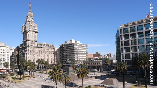 Plaza Independencia mit Palacio Salvo in Montevideo, Uruguay