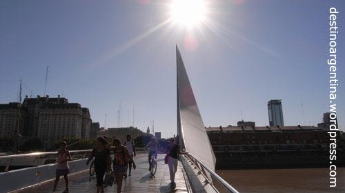 Calatravas Puente de la Mujer im Hafenviertel Puerto Madero in Buenos Aires
