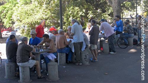 Schach spielende Männer im Parque Lezama San Telmo in Buenos Aires