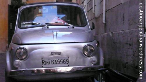 Ein silberner Fiat in einer Gasse in Italiens Hauptstadt Rom