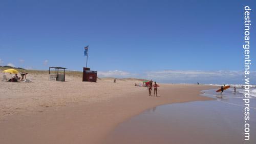 Eine Surfschule am Playa la Draga in Punta del Este in Uruguay