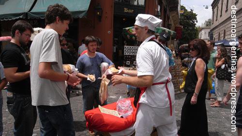 Teigtaschenverkaufer am Plaza Dorrego in San Telmo Buenos Aires