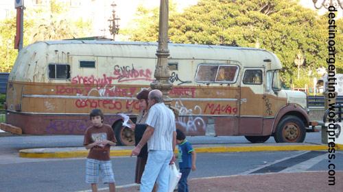Zugetaggtes Wohnmobil auf der Plaza del Congresso
