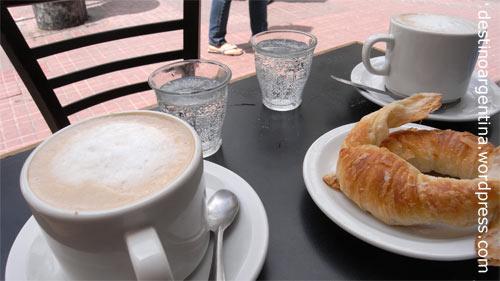 Zwei Milchkaffee und 2 Medialunas auf der Feria de San Telmo