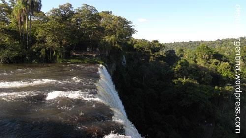 """Abbruchkante des Wasserfalls """"Salto Bossetti"""" im Iguazú Nationalpark in Argentinien"""