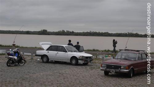 Angeln am Ufer des Río Paraná in Rosario, Argentinien