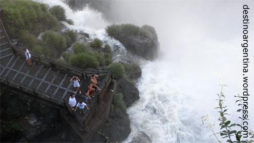 Aussichtsplattform unterhalb des Salto Ramirez im Parque Nacional Iguazú in Argentinien