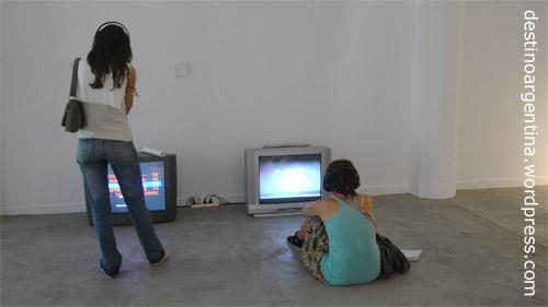 Besucherinnen betrachten eine Videoinstallation im MACRo in Rosario, Argentina