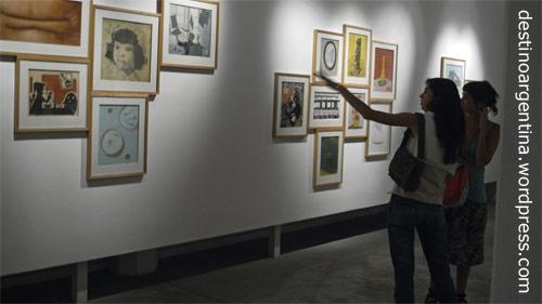 Besucherinnen im Museum für Gegenwartskunst MACRO in Rosario, Argentinien