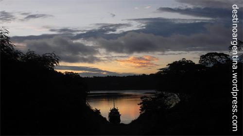 Blick auf den Río Iguazú vom Hafen in Puerto Iguazú in Argentinien