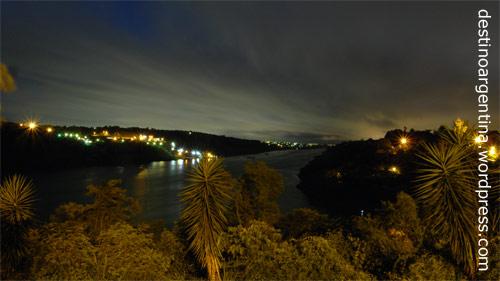 Blick auf Ciudad del Este in Paraguay und rechts daneben Foz do Iguaçu in Brasilien vom Hito Tres Fronteras in Puerto Iguazú in Argentinien