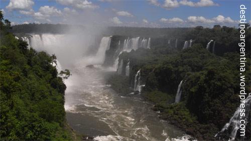 Blick aus Brasilien in die Garganta del Diablo im Parque Nacional Iguazú in Argentinien