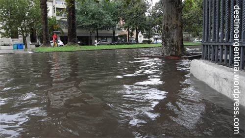 Normale Niederschläge in Argentinien - Boulevard Oroño in Rosario unter Wasser