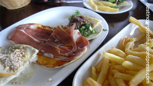 """Bruschetta, Salat und Pommes im Restaurant """"Davis"""" am MACRo in Rosario, Argentinien"""