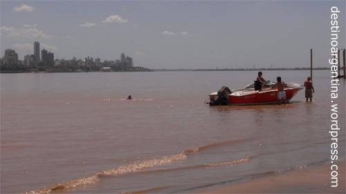 Ein Boot ankert auf der Insel im Río Paraná vor Rosario in Argentinien