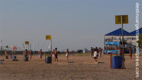 Fußball spielen am Balneario Waikiki auf der Insel im Río Paraná vor Rosario in Argentinien