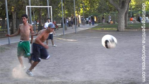 Fussball im Parque del Centenario in Caballito, Buenos Aires